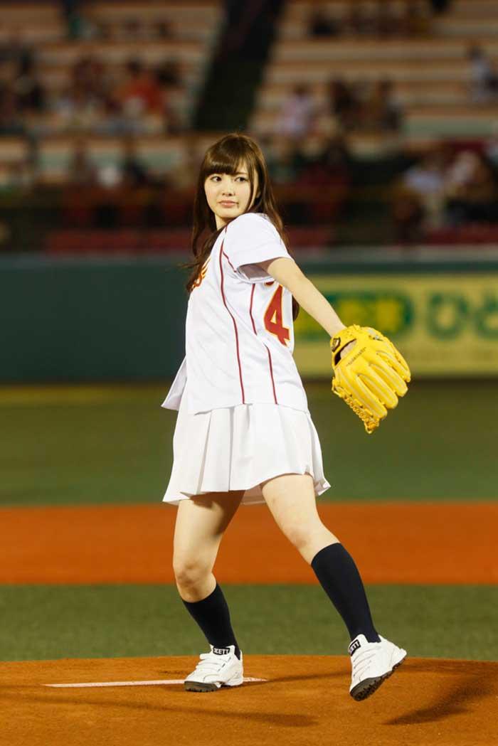 【始球式エロ画像】野球好きじゃなくてもコレは絶対好き!アイドル始球式のパンチラやムチムチ太もも画像を集めてみたぜ! 44