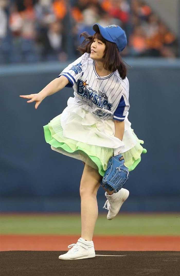 【始球式エロ画像】野球好きじゃなくてもコレは絶対好き!アイドル始球式のパンチラやムチムチ太もも画像を集めてみたぜ! 46