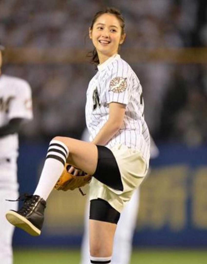 【始球式エロ画像】野球好きじゃなくてもコレは絶対好き!アイドル始球式のパンチラやムチムチ太もも画像を集めてみたぜ! 48