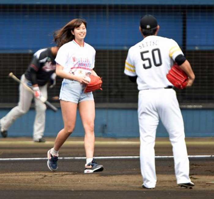【始球式エロ画像】野球好きじゃなくてもコレは絶対好き!アイドル始球式のパンチラやムチムチ太もも画像を集めてみたぜ! 50