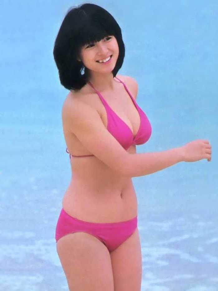 【80sグラビアエロ画像】昭和のアイドルグラビアの水着って布薄すぎませんかww?乳首わかっちゃうのがデフォルトかと思わせる画像集 05