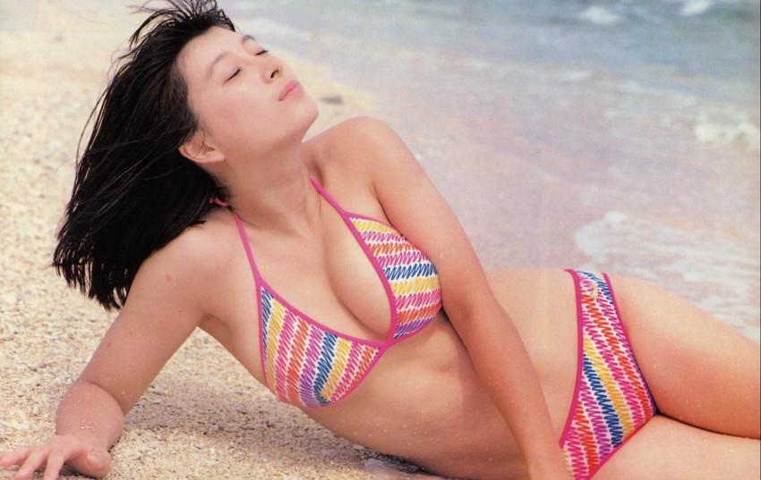 【80sグラビアエロ画像】昭和のアイドルグラビアの水着って布薄すぎませんかww?乳首わかっちゃうのがデフォルトかと思わせる画像集 08