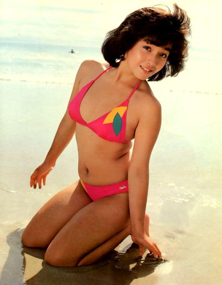 【80sグラビアエロ画像】昭和のアイドルグラビアの水着って布薄すぎませんかww?乳首わかっちゃうのがデフォルトかと思わせる画像集 17