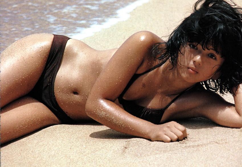 【80sグラビアエロ画像】昭和のアイドルグラビアの水着って布薄すぎませんかww?乳首わかっちゃうのがデフォルトかと思わせる画像集 21