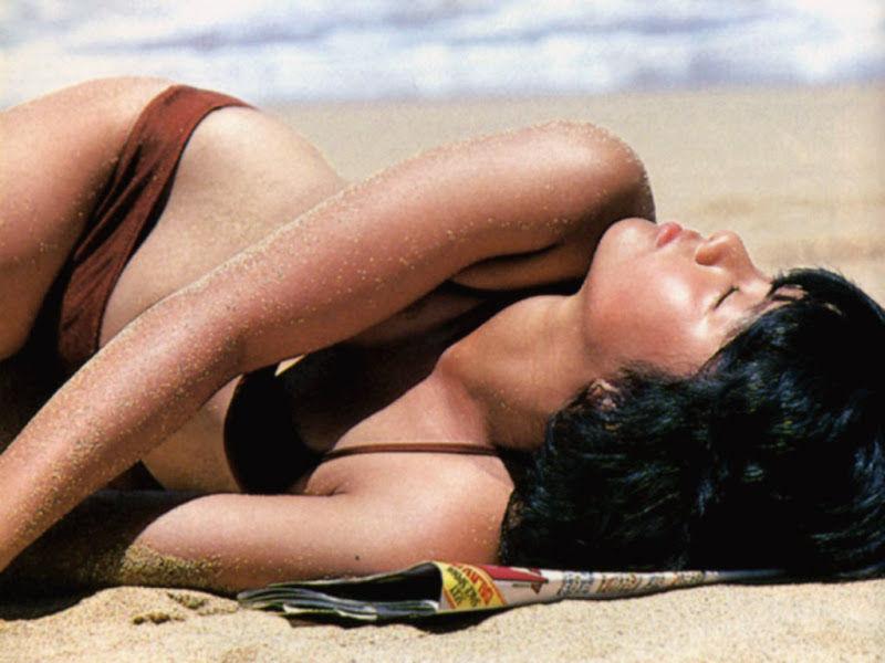 【80sグラビアエロ画像】昭和のアイドルグラビアの水着って布薄すぎませんかww?乳首わかっちゃうのがデフォルトかと思わせる画像集 22