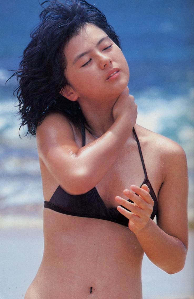 【80sグラビアエロ画像】昭和のアイドルグラビアの水着って布薄すぎませんかww?乳首わかっちゃうのがデフォルトかと思わせる画像集 24