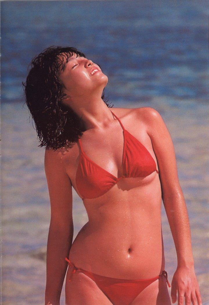 【80sグラビアエロ画像】昭和のアイドルグラビアの水着って布薄すぎませんかww?乳首わかっちゃうのがデフォルトかと思わせる画像集 27