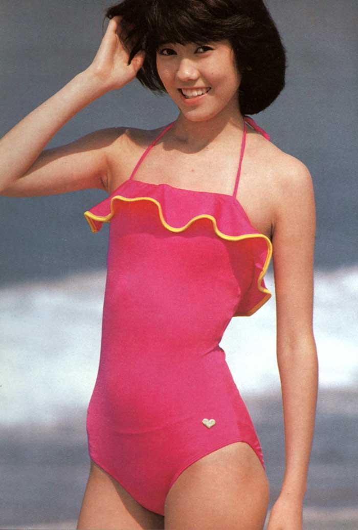 【80sグラビアエロ画像】昭和のアイドルグラビアの水着って布薄すぎませんかww?乳首わかっちゃうのがデフォルトかと思わせる画像集 34