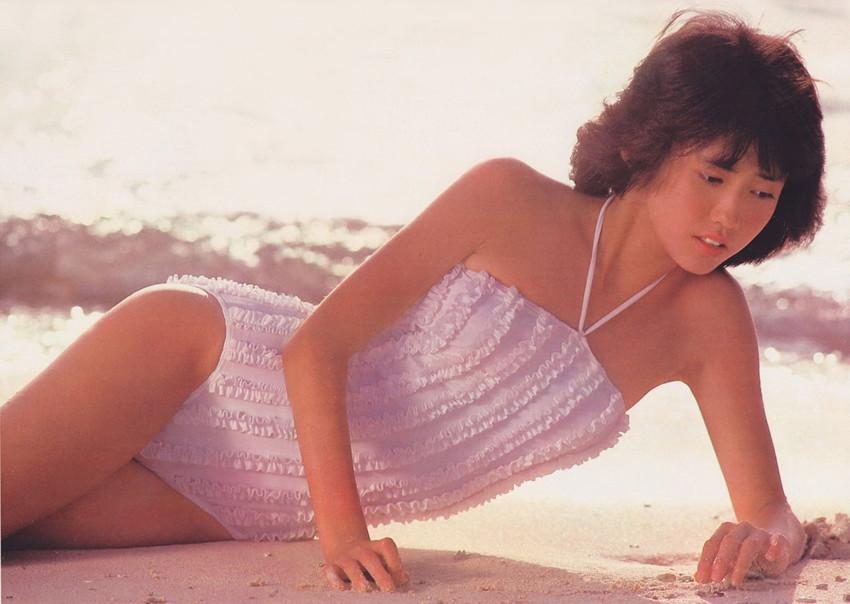 【80sグラビアエロ画像】昭和のアイドルグラビアの水着って布薄すぎませんかww?乳首わかっちゃうのがデフォルトかと思わせる画像集 43