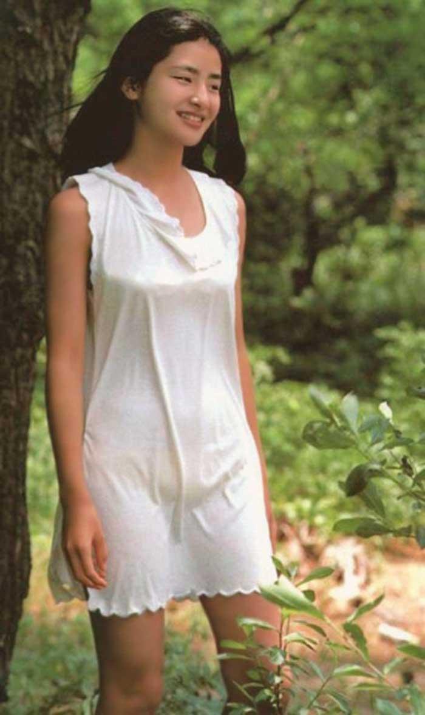 【80sグラビアエロ画像】昭和のアイドルグラビアの水着って布薄すぎませんかww?乳首わかっちゃうのがデフォルトかと思わせる画像集 44