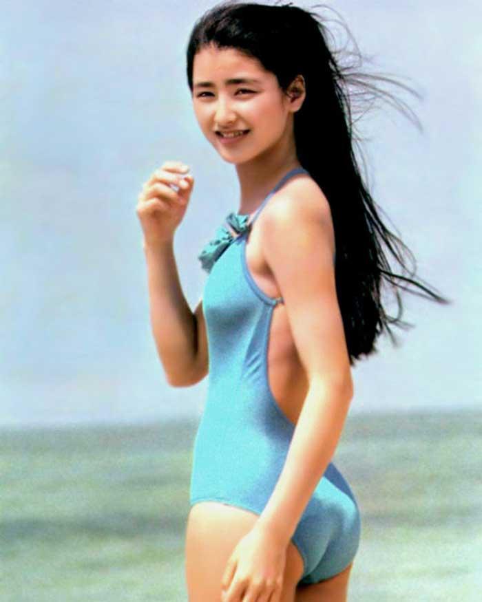 【80sグラビアエロ画像】昭和のアイドルグラビアの水着って布薄すぎませんかww?乳首わかっちゃうのがデフォルトかと思わせる画像集 46