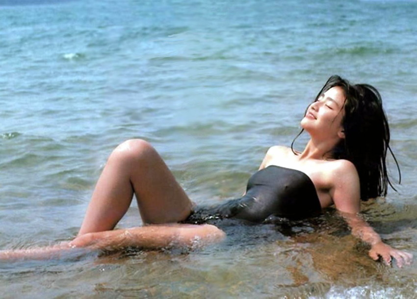 【80sグラビアエロ画像】昭和のアイドルグラビアの水着って布薄すぎませんかww?乳首わかっちゃうのがデフォルトかと思わせる画像集 50