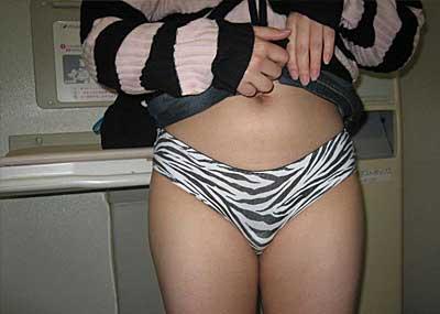 【スカートエロ画像】素人が自分でスカートたくし上げしてパンツ見せてくれる画像集めたら、自分がお願いしてるみたいで超興奮したww