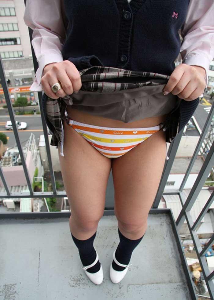 【スカートエロ画像】素人が自分でスカートたくし上げしてパンツ見せてくれる画像集めたら、自分がお願いしてるみたいで超興奮したww 10