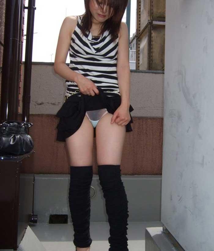 【スカートエロ画像】素人が自分でスカートたくし上げしてパンツ見せてくれる画像集めたら、自分がお願いしてるみたいで超興奮したww 13