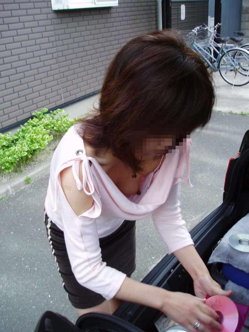 【乳首エロ画像】街角で見かけてしまった胸チラ!しかも乳首が完全に見えているハプニング画像のみ集めました!素人乳首に吸い付きたいww! 15