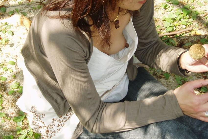 【乳首エロ画像】街角で見かけてしまった胸チラ!しかも乳首が完全に見えているハプニング画像のみ集めました!素人乳首に吸い付きたいww! 29