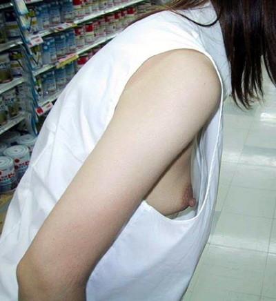 【乳首エロ画像】街角で見かけてしまった胸チラ!しかも乳首が完全に見えているハプニング画像のみ集めました!素人乳首に吸い付きたいww! 30