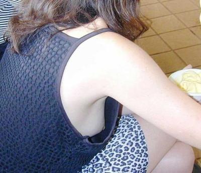 【乳首エロ画像】街角で見かけてしまった胸チラ!しかも乳首が完全に見えているハプニング画像のみ集めました!素人乳首に吸い付きたいww! 32