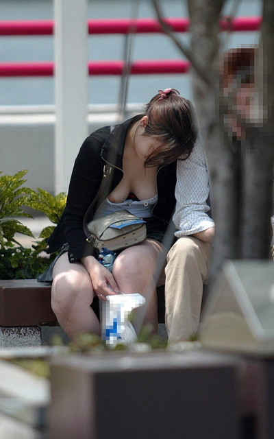 【乳首エロ画像】街角で見かけてしまった胸チラ!しかも乳首が完全に見えているハプニング画像のみ集めました!素人乳首に吸い付きたいww! 34