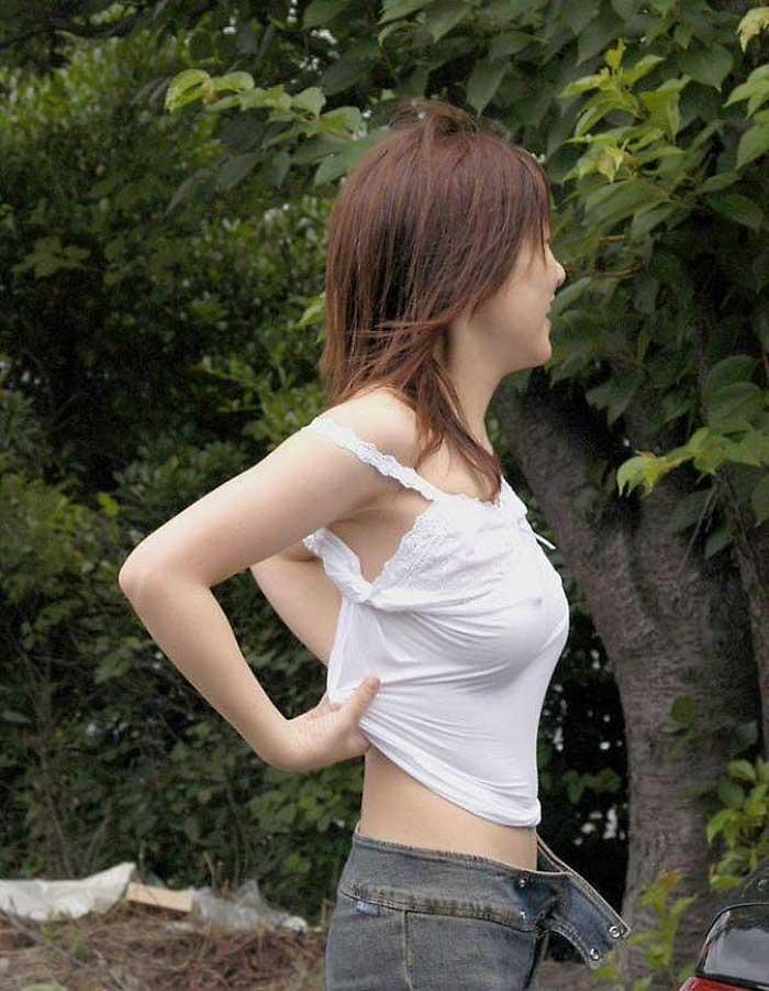 【ノーブラエロ画像】日本でも近年増えてきたぁ!街中でノーブラで乳首ぽっちんしちゃってたり胸チラして乳首まで出ちゃってる画像を集めました 26