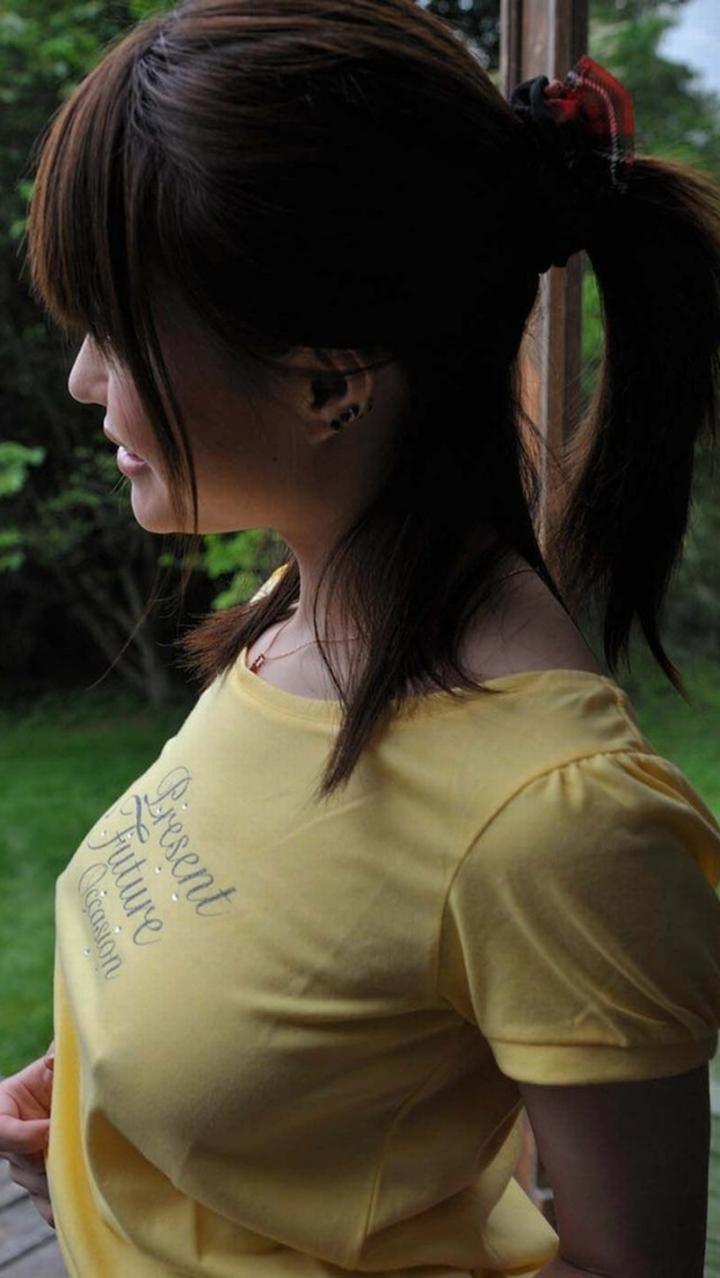 【ノーブラエロ画像】日本でも近年増えてきたぁ!街中でノーブラで乳首ぽっちんしちゃってたり胸チラして乳首まで出ちゃってる画像を集めました 33