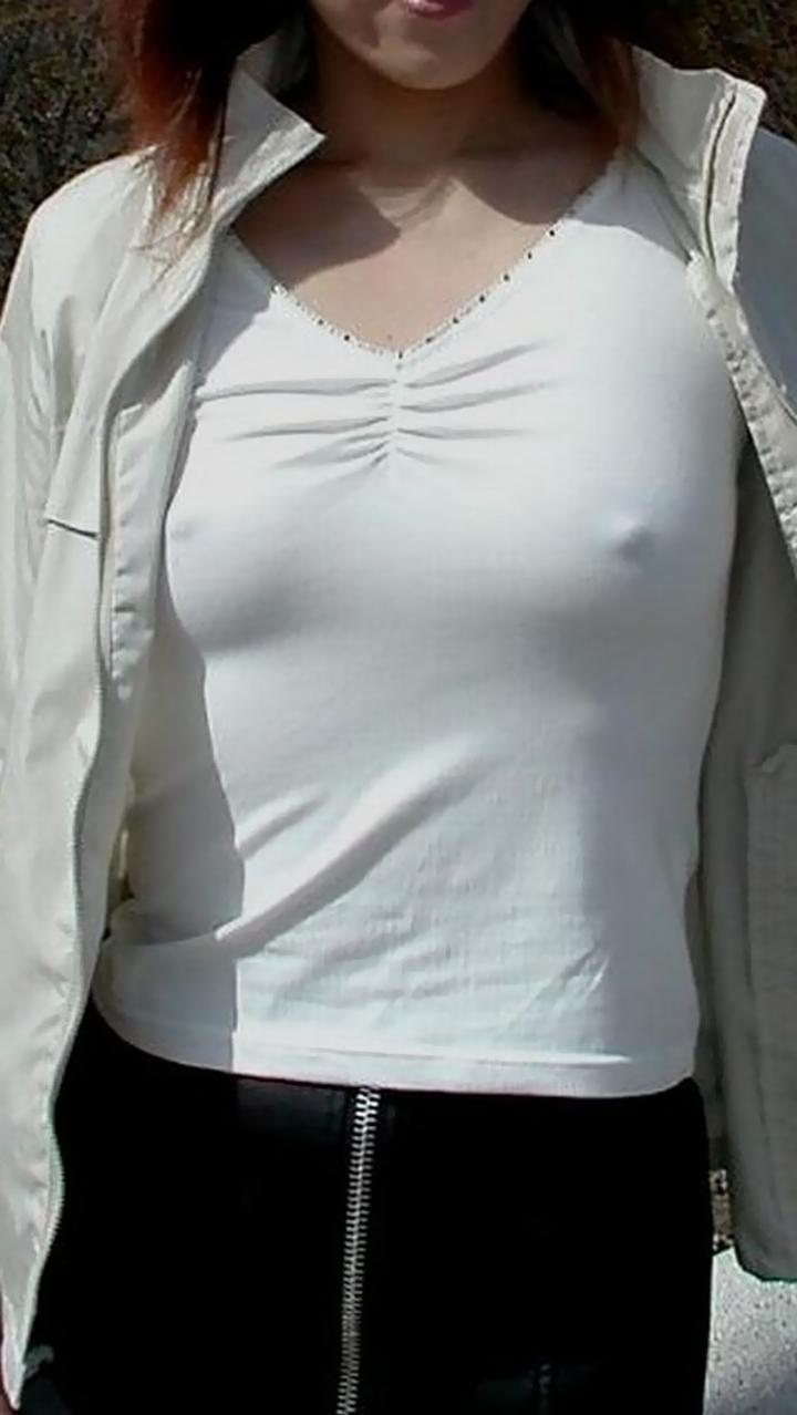 【ノーブラエロ画像】日本でも近年増えてきたぁ!街中でノーブラで乳首ぽっちんしちゃってたり胸チラして乳首まで出ちゃってる画像を集めました 38