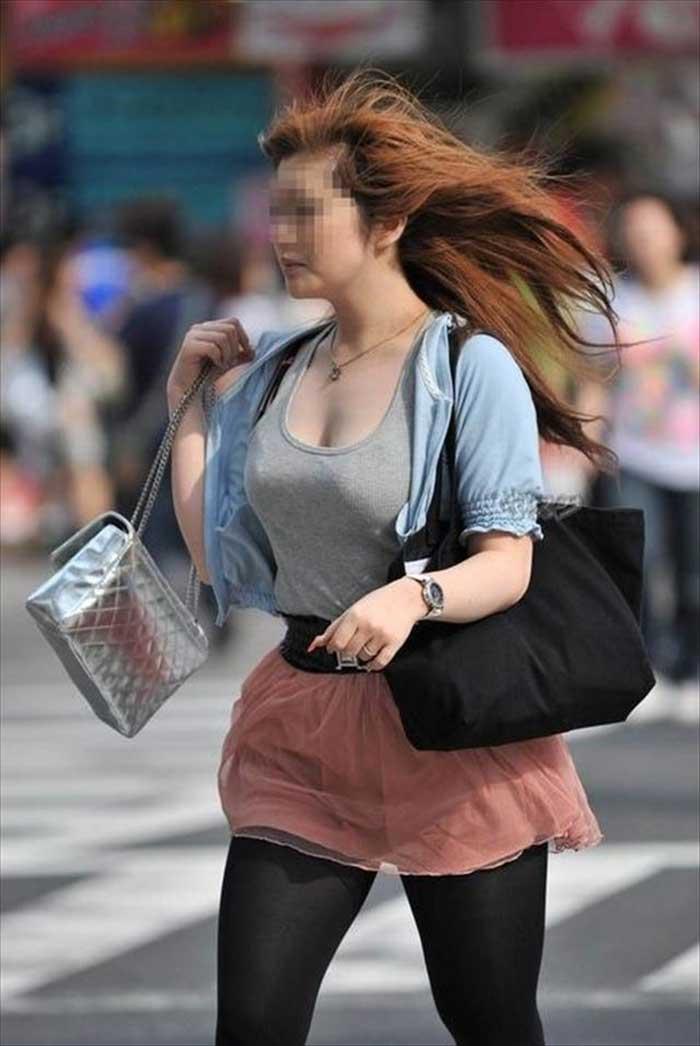【ノーブラエロ画像】日本でも近年増えてきたぁ!街中でノーブラで乳首ぽっちんしちゃってたり胸チラして乳首まで出ちゃってる画像を集めました 45