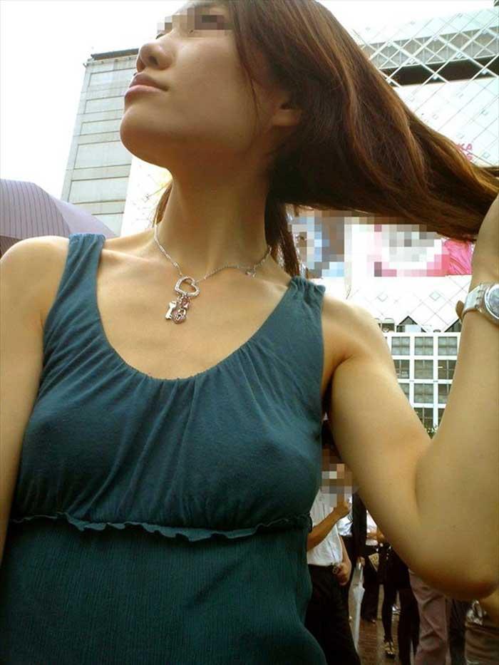 【ノーブラエロ画像】日本でも近年増えてきたぁ!街中でノーブラで乳首ぽっちんしちゃってたり胸チラして乳首まで出ちゃってる画像を集めました 46