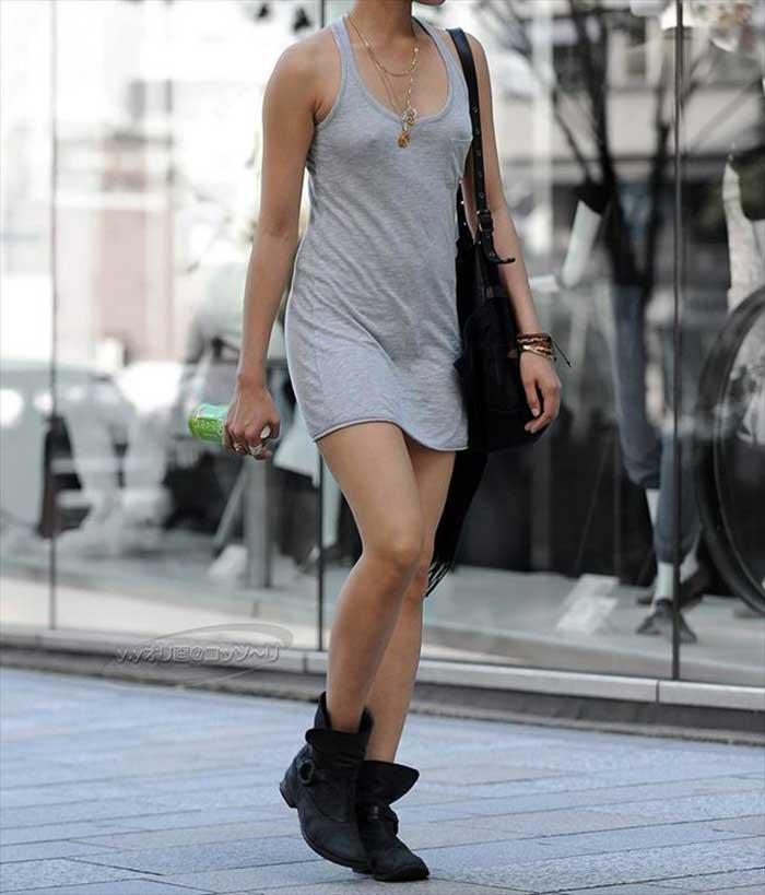 【ノーブラエロ画像】日本でも近年増えてきたぁ!街中でノーブラで乳首ぽっちんしちゃってたり胸チラして乳首まで出ちゃってる画像を集めました 47