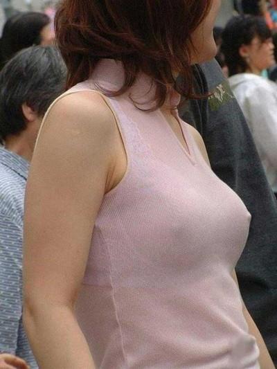 【ノーブラエロ画像】日本でも近年増えてきたぁ!街中でノーブラで乳首ぽっちんしちゃってたり胸チラして乳首まで出ちゃってる画像を集めました 11