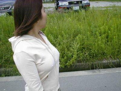 【ノーブラエロ画像】日本でも近年増えてきたぁ!街中でノーブラで乳首ぽっちんしちゃってたり胸チラして乳首まで出ちゃってる画像を集めました 15