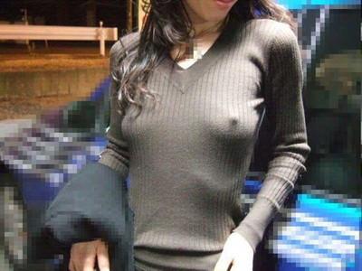 【ノーブラエロ画像】日本でも近年増えてきたぁ!街中でノーブラで乳首ぽっちんしちゃってたり胸チラして乳首まで出ちゃってる画像を集めました 17