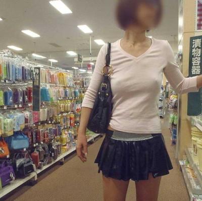 【ノーブラエロ画像】日本でも近年増えてきたぁ!街中でノーブラで乳首ぽっちんしちゃってたり胸チラして乳首まで出ちゃってる画像を集めました 28