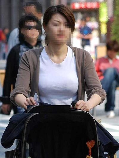 【ノーブラエロ画像】日本でも近年増えてきたぁ!街中でノーブラで乳首ぽっちんしちゃってたり胸チラして乳首まで出ちゃってる画像を集めました 41