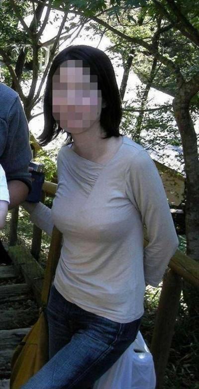 【ノーブラエロ画像】日本でも近年増えてきたぁ!街中でノーブラで乳首ぽっちんしちゃってたり胸チラして乳首まで出ちゃってる画像を集めました 44