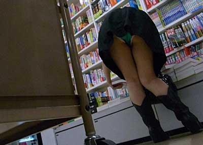 ホント女子って買い物中は隙だらけだよなwwwこんな見事なパ○チラが撮れるとは思わなんだwww(画像15枚)