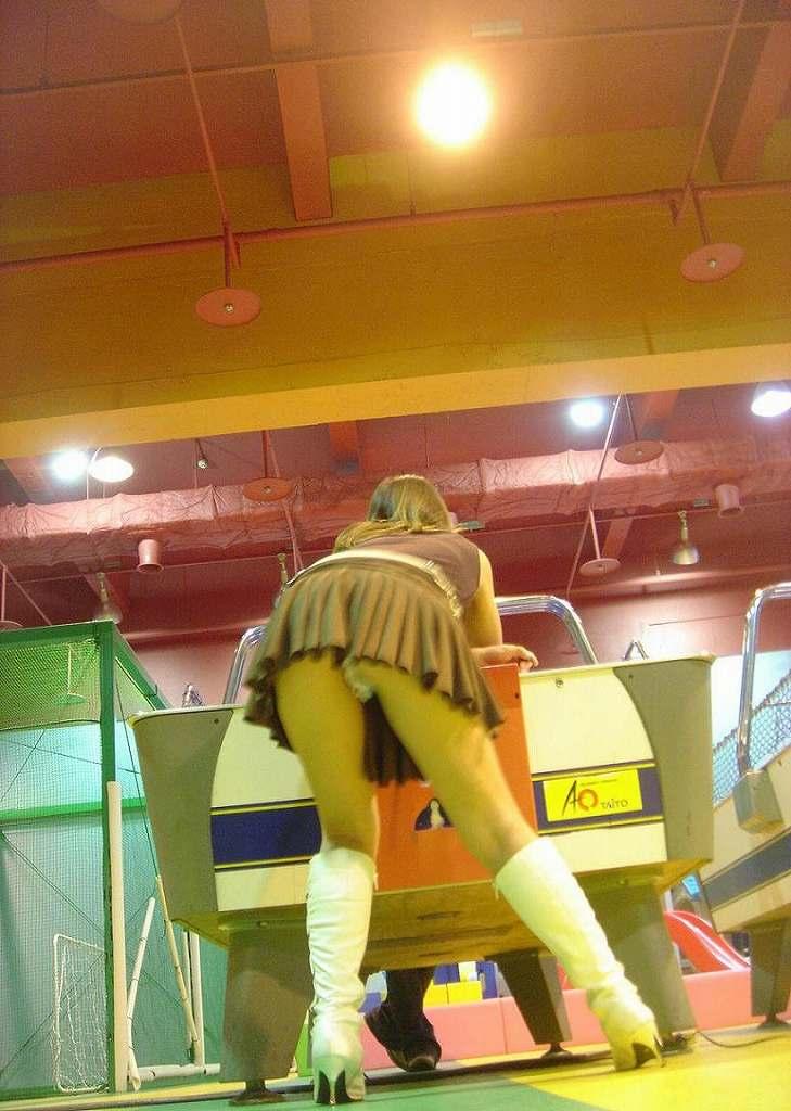 【盗撮エロ画像】ゲームよりパンチラ!ゲーセンで盗撮されたエロ画像を集めました!みんなゲームに夢中でパンツ丸見せww 16
