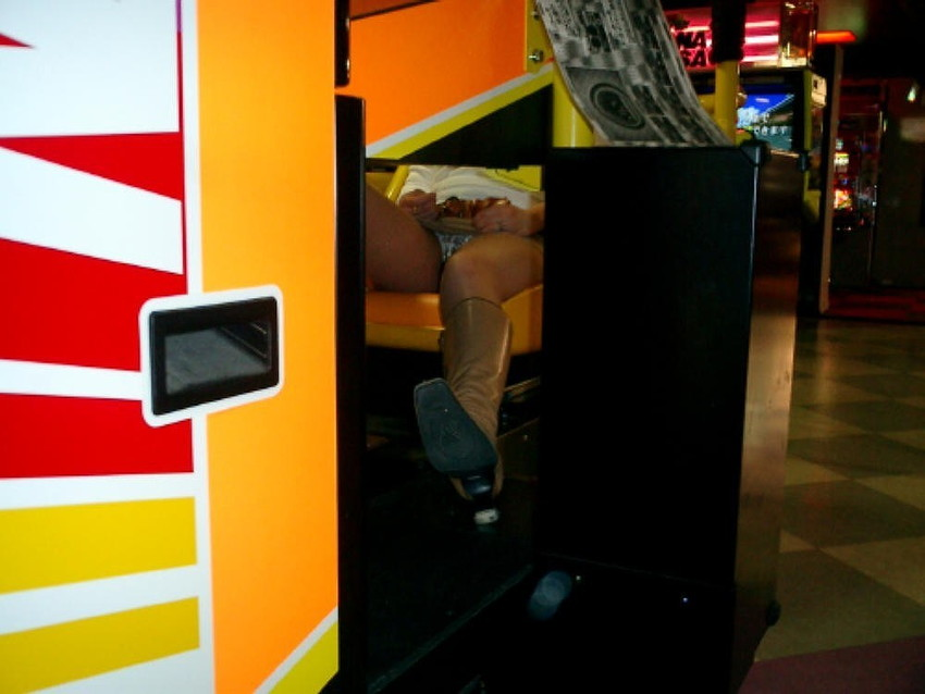 【盗撮エロ画像】ゲームよりパンチラ!ゲーセンで盗撮されたエロ画像を集めました!みんなゲームに夢中でパンツ丸見せww 20