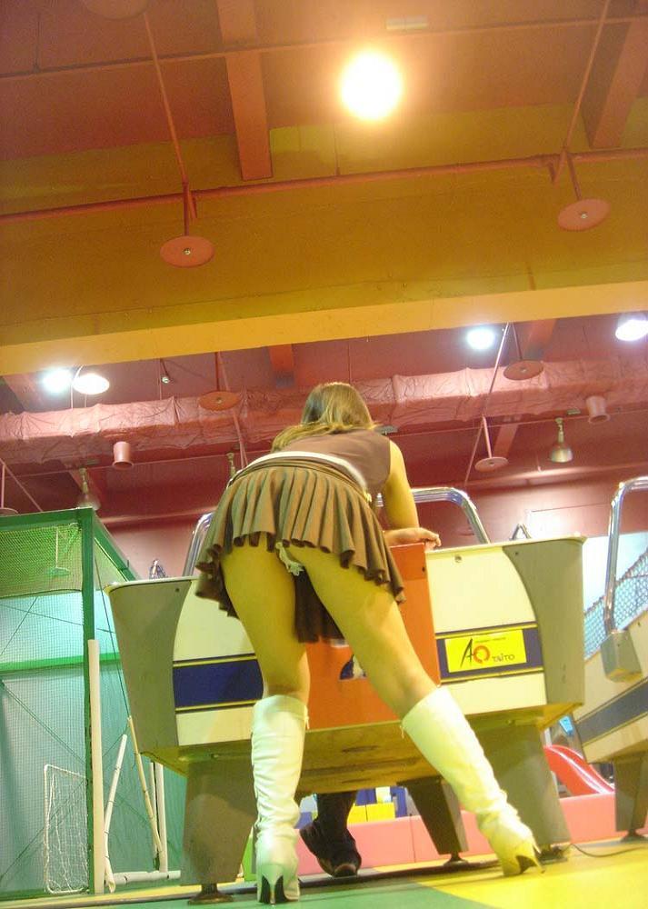 【盗撮エロ画像】ゲームよりパンチラ!ゲーセンで盗撮されたエロ画像を集めました!みんなゲームに夢中でパンツ丸見せww 22