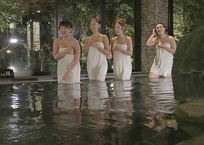 【谷間キャプ画像】温泉レポと言う名目で脱がされるタレント達がこちらwww