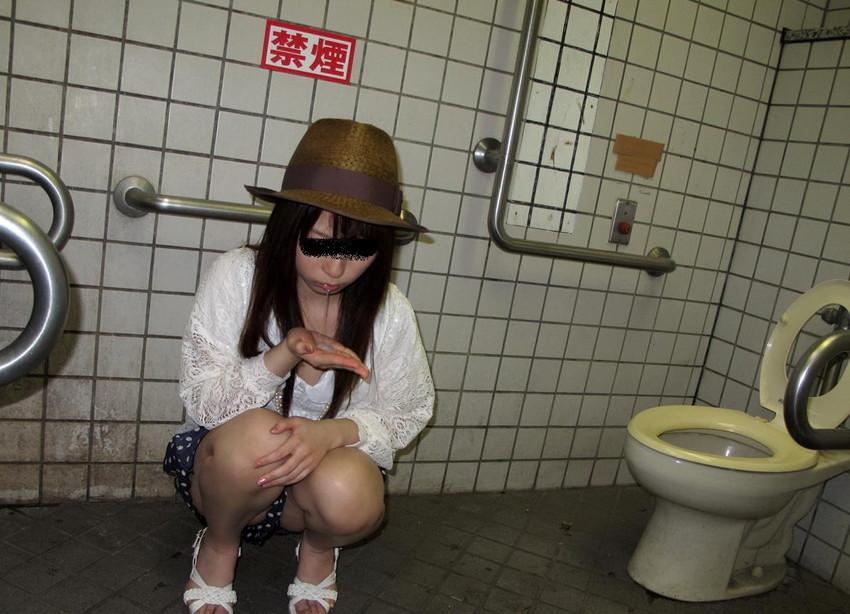 【公衆トイレエロ画像】変態感ハンパない!公衆トイレでヤられてるエロ画像集!完全に鬼畜のオンナ達で抜きまくれ!! 25