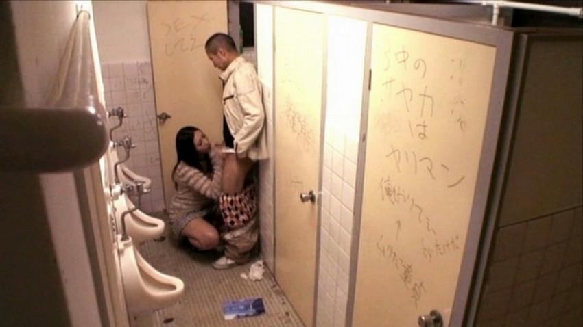 【公衆トイレエロ画像】変態感ハンパない!公衆トイレでヤられてるエロ画像集!完全に鬼畜のオンナ達で抜きまくれ!! 34