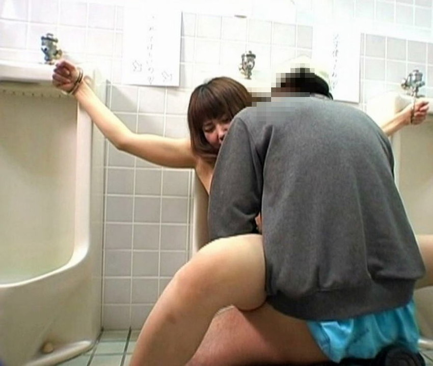 【公衆トイレエロ画像】変態感ハンパない!公衆トイレでヤられてるエロ画像集!完全に鬼畜のオンナ達で抜きまくれ!! 37