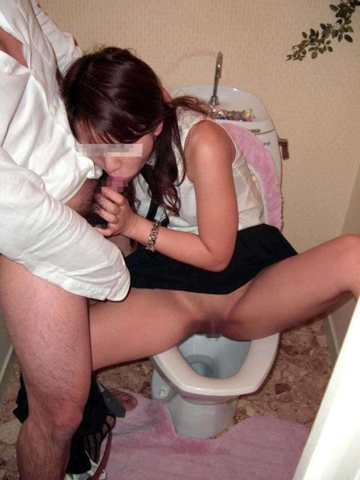 【公衆トイレエロ画像】変態感ハンパない!公衆トイレでヤられてるエロ画像集!完全に鬼畜のオンナ達で抜きまくれ!! 40