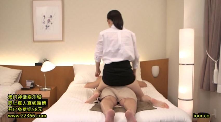 【胸チラエロ画像】隙だらけな可愛い出張マッサージ師が施術中に胸チラを連発した結果…(81枚+動画あり) 08