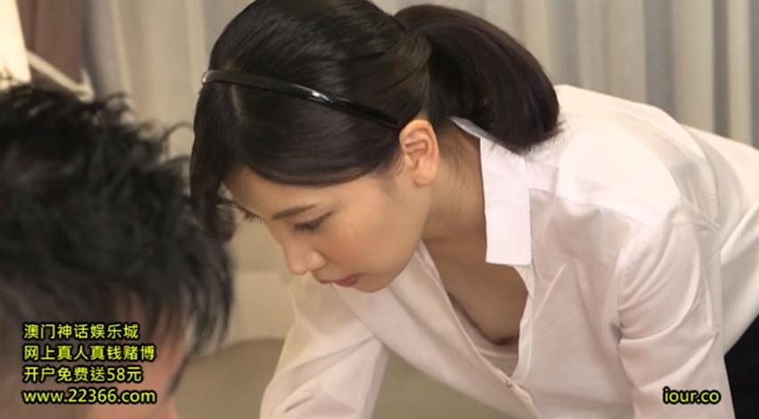 【胸チラエロ画像】隙だらけな可愛い出張マッサージ師が施術中に胸チラを連発した結果…(81枚+動画あり) 24