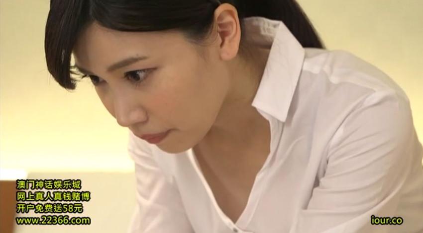 【胸チラエロ画像】隙だらけな可愛い出張マッサージ師が施術中に胸チラを連発した結果…(81枚+動画あり) 31