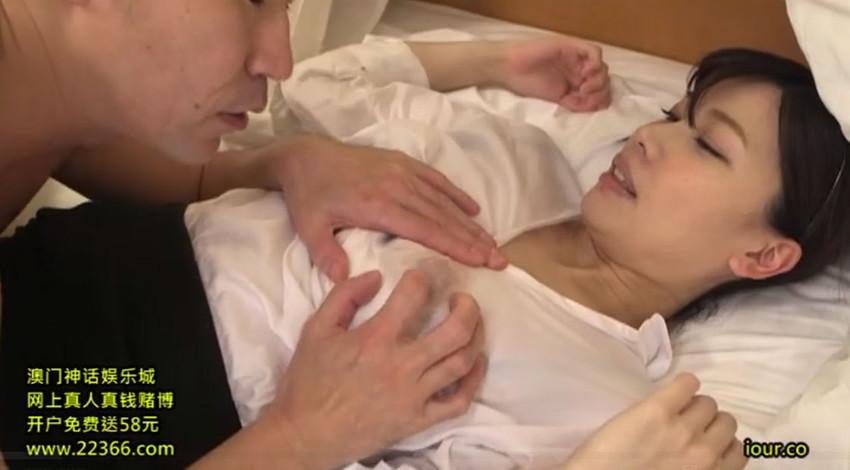 【胸チラエロ画像】隙だらけな可愛い出張マッサージ師が施術中に胸チラを連発した結果…(81枚+動画あり) 41
