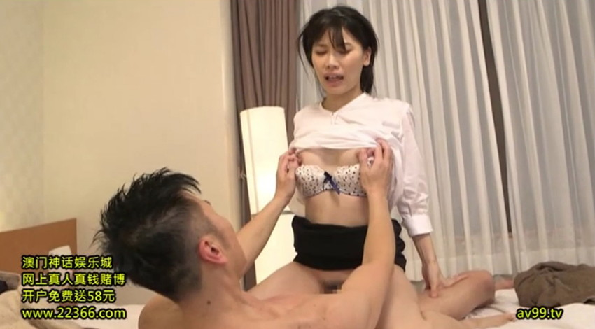 【胸チラエロ画像】隙だらけな可愛い出張マッサージ師が施術中に胸チラを連発した結果…(81枚+動画あり) 56